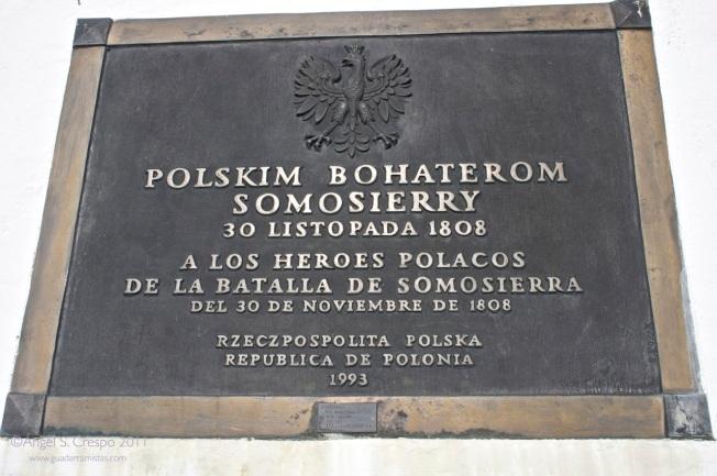 Placa conmemorativa que recuerda a los soldados polacos que murieron en Somosierra.
