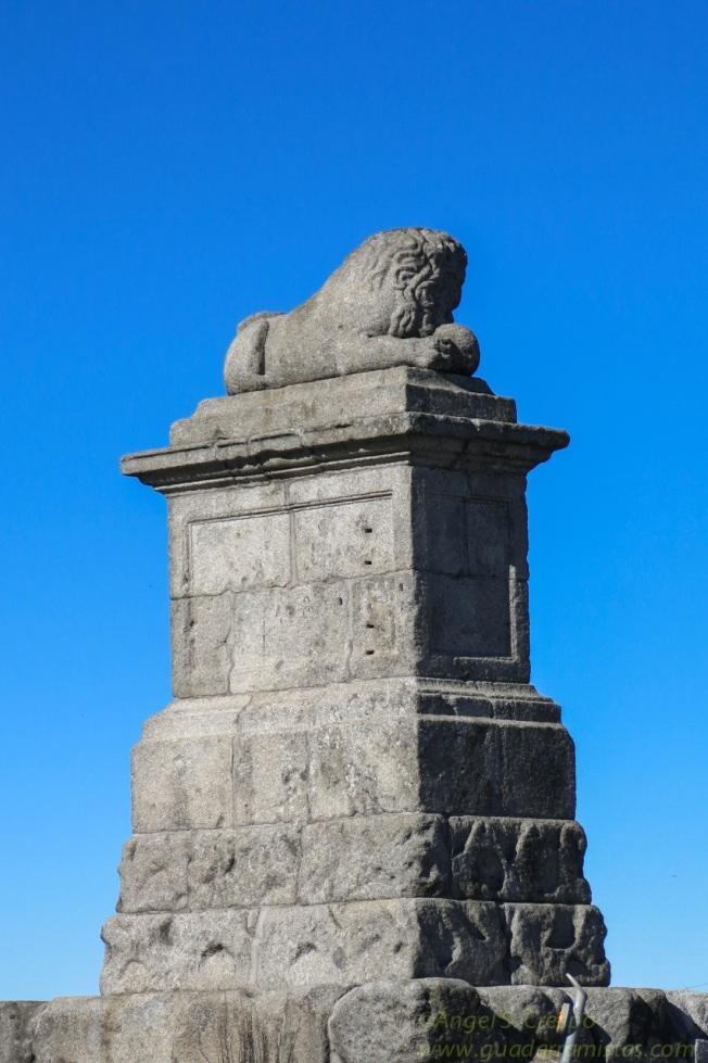 Alto del León. Escultura que otorga el nombre a este antiguo paso de montaña.